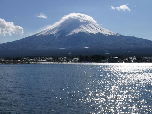 富士山の笠雲を河口湖側から望む